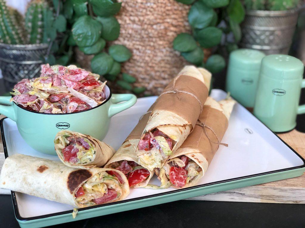 recept zelfgemaakte BLT wraps met spek, tomaat en ijsbergsla