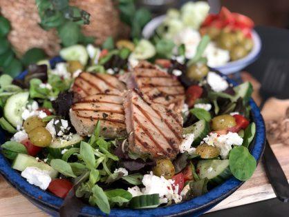 Griekse Salade nicoise met tonijnsteak