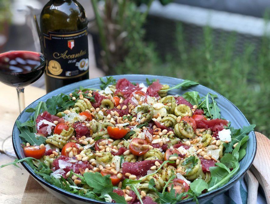 pastasalade met pesto en carpaccio