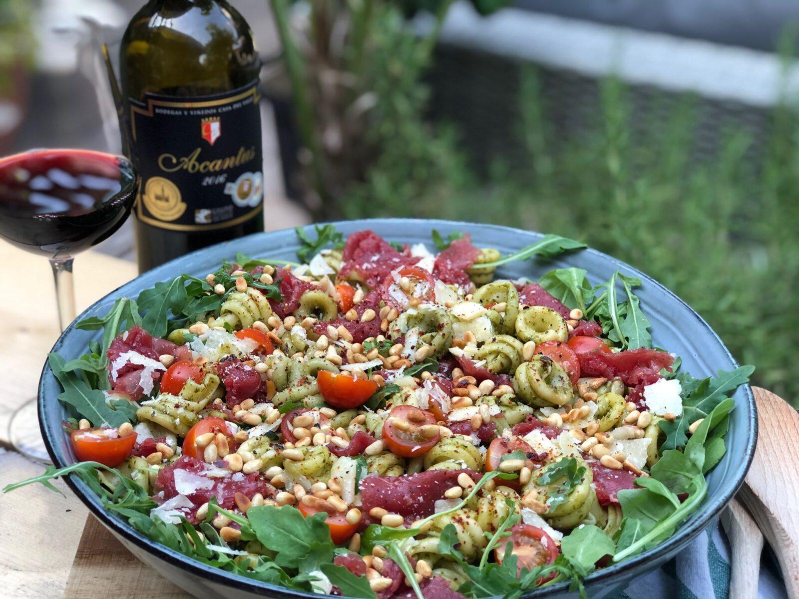 pastasalade met pesto en carpaccio - Familie over de kook