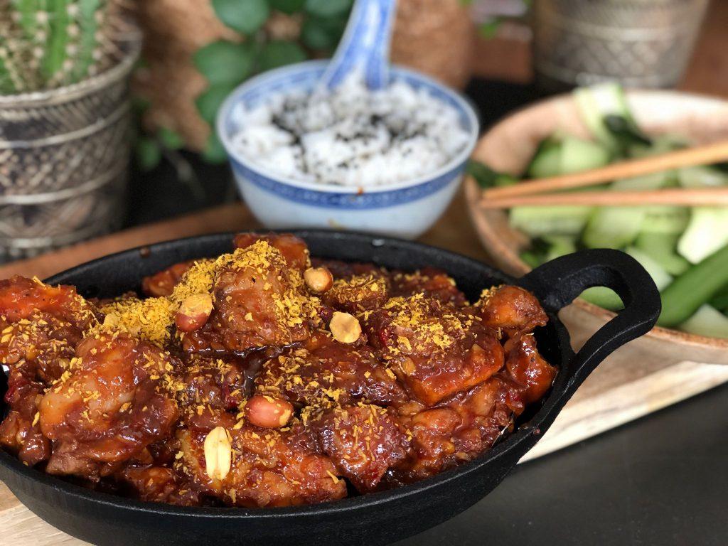 recept pittige Indische kip met seroendeng, rijst en komkommer in zuur