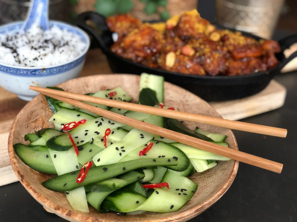 recept pittige Indische kip met komkommer in zuur