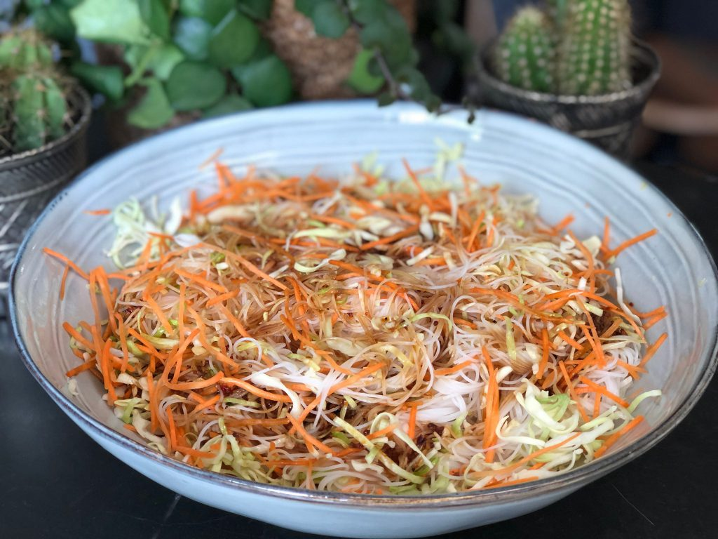 Thaise noodlesalade met wortel en spitkool