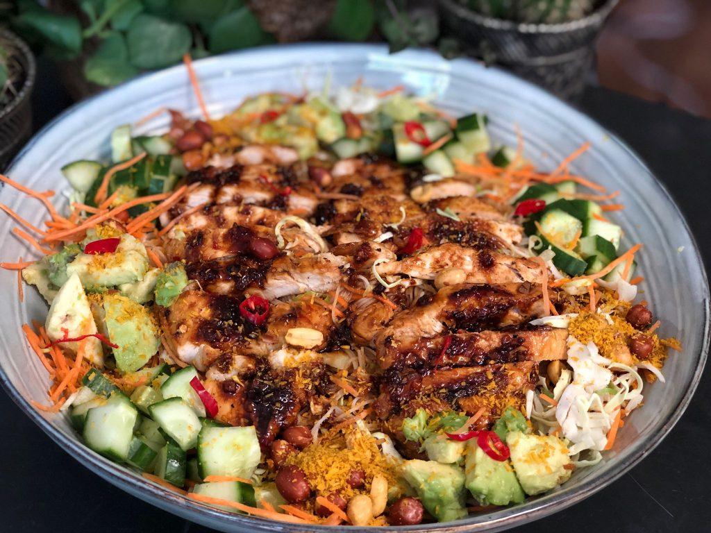 Thaise noedelsalade met kip en seroendeng