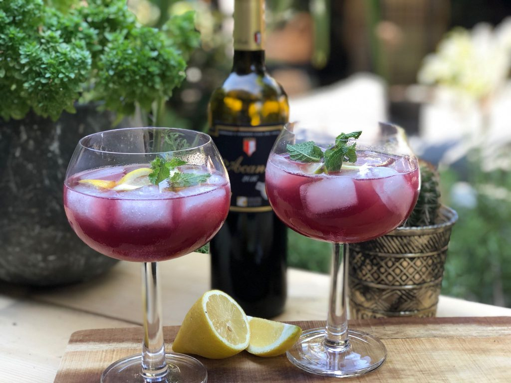 recept tinto de verano een Spaanse cocktail met rode wijn en bitter lemon