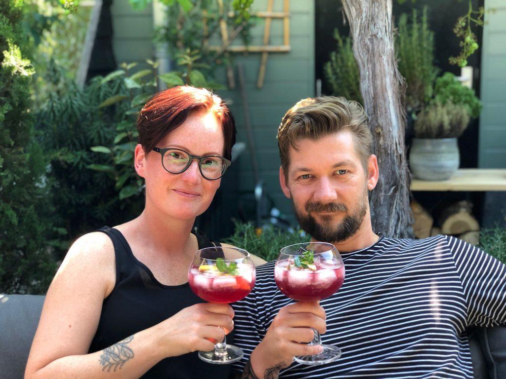 Familie over de Kook geniet van een  zomerse Spaanse cocktail