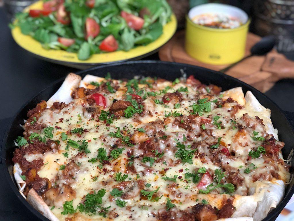 recept wraps met gehakt en tomatensaus ovenschotel.