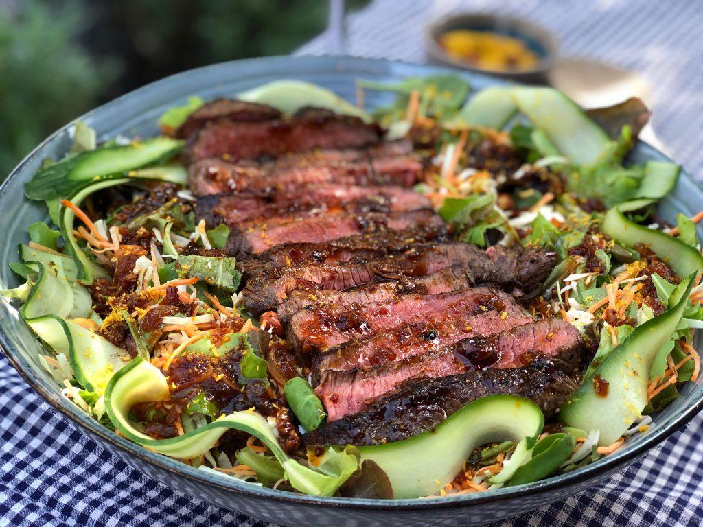 biefstuk salade met Aziatische dressing en seroendeng