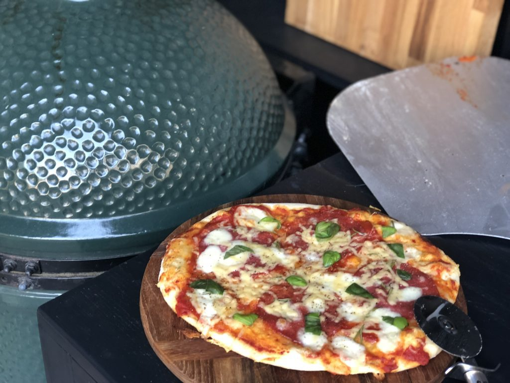 pizza's maken op de big green egg