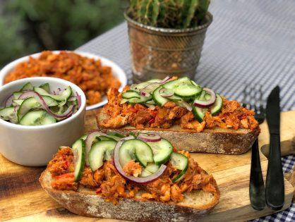 Broodje pittige makreel in tomatensaus met zuur