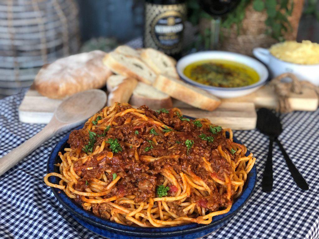 recept spaghetti in een pittige tomatensaus met ciabatta en kruidige olie