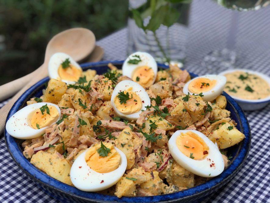 aardappelsalade met ham en kruidige saus