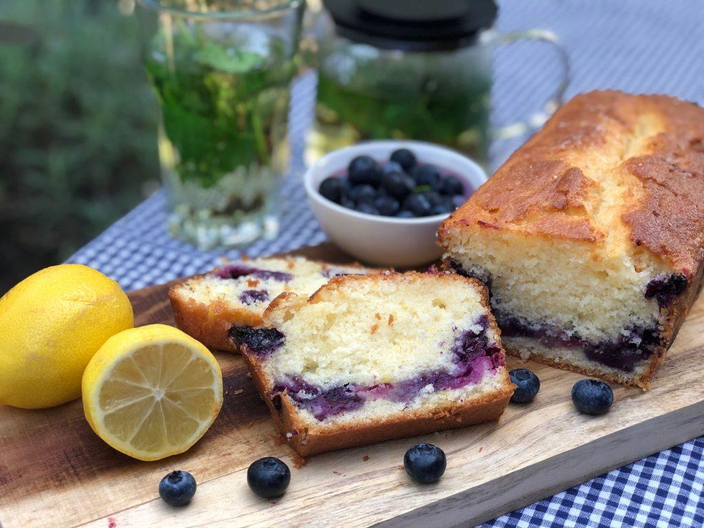 recept om een smeuïge cake met blauwe bessen en citroen te maken
