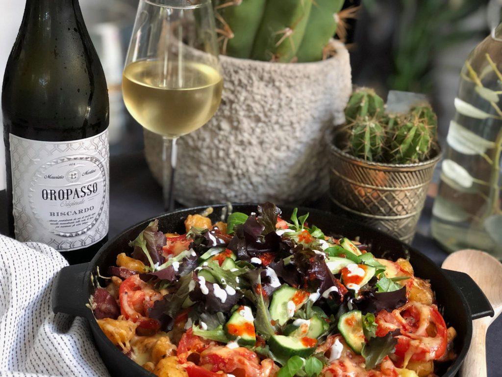 Wijn van de Maand de Oropasso met Turkse krieltjes ovenschotel en sucuk.