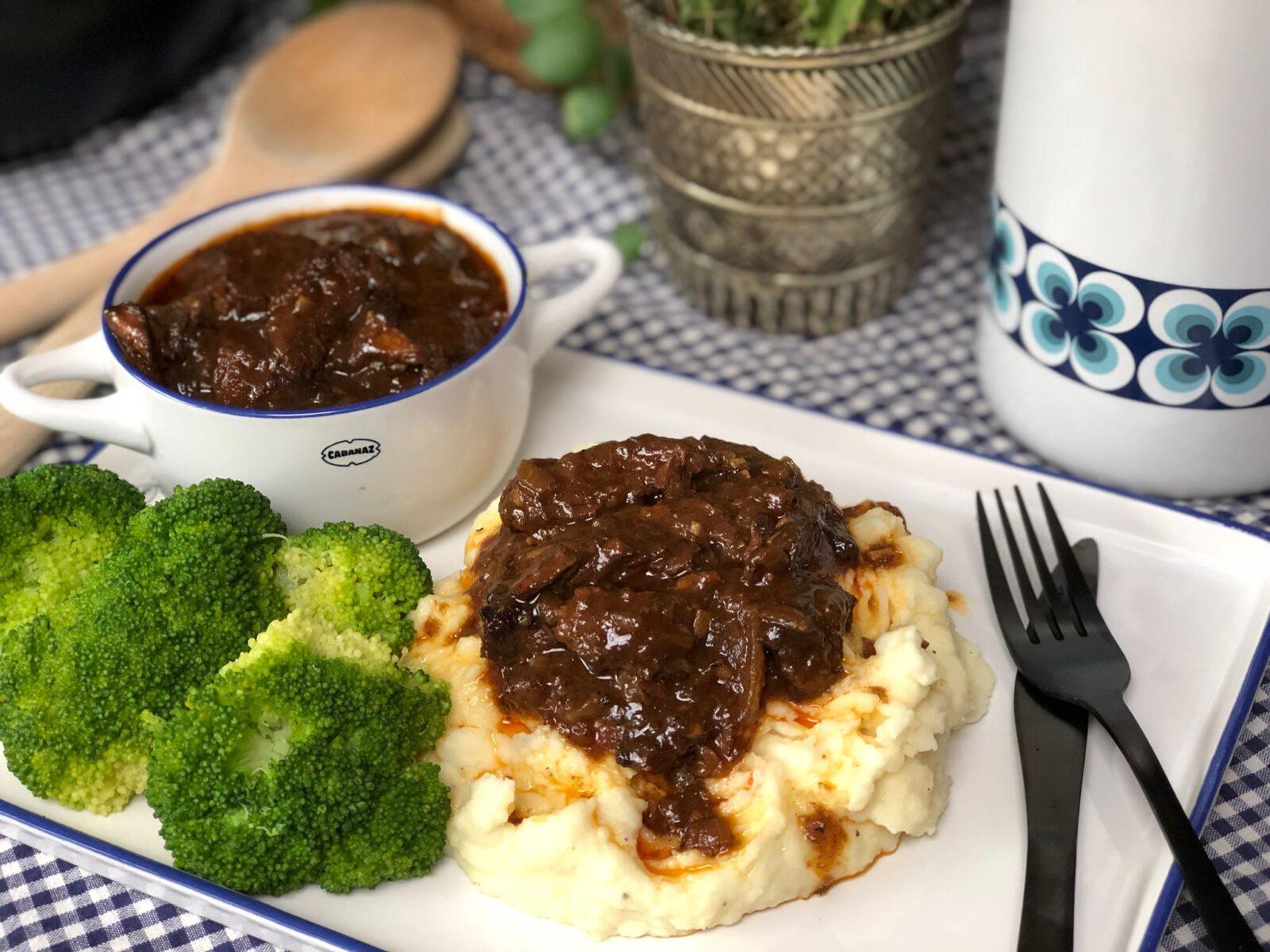 pittige hachee met aardappelpuree en broccoli