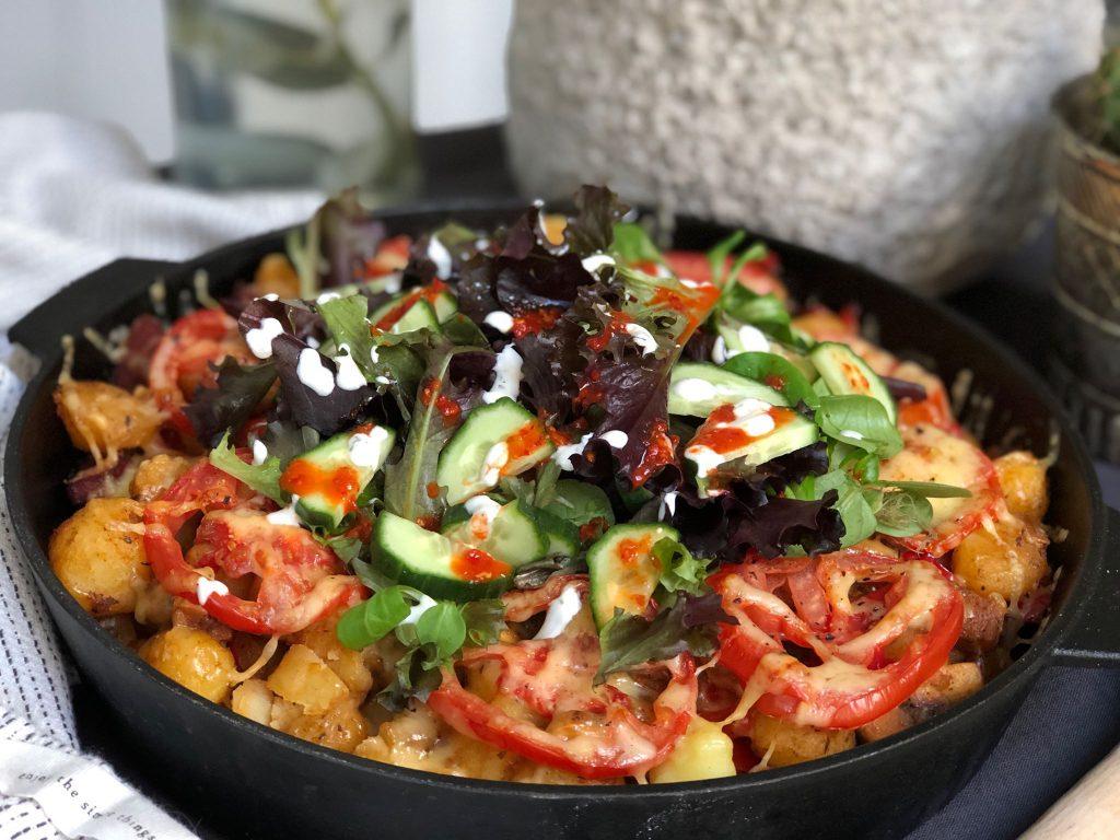 Krieltjes ovenschotel met Turkse worst, sla, komkommer, sambal oelek en knoflooksaus