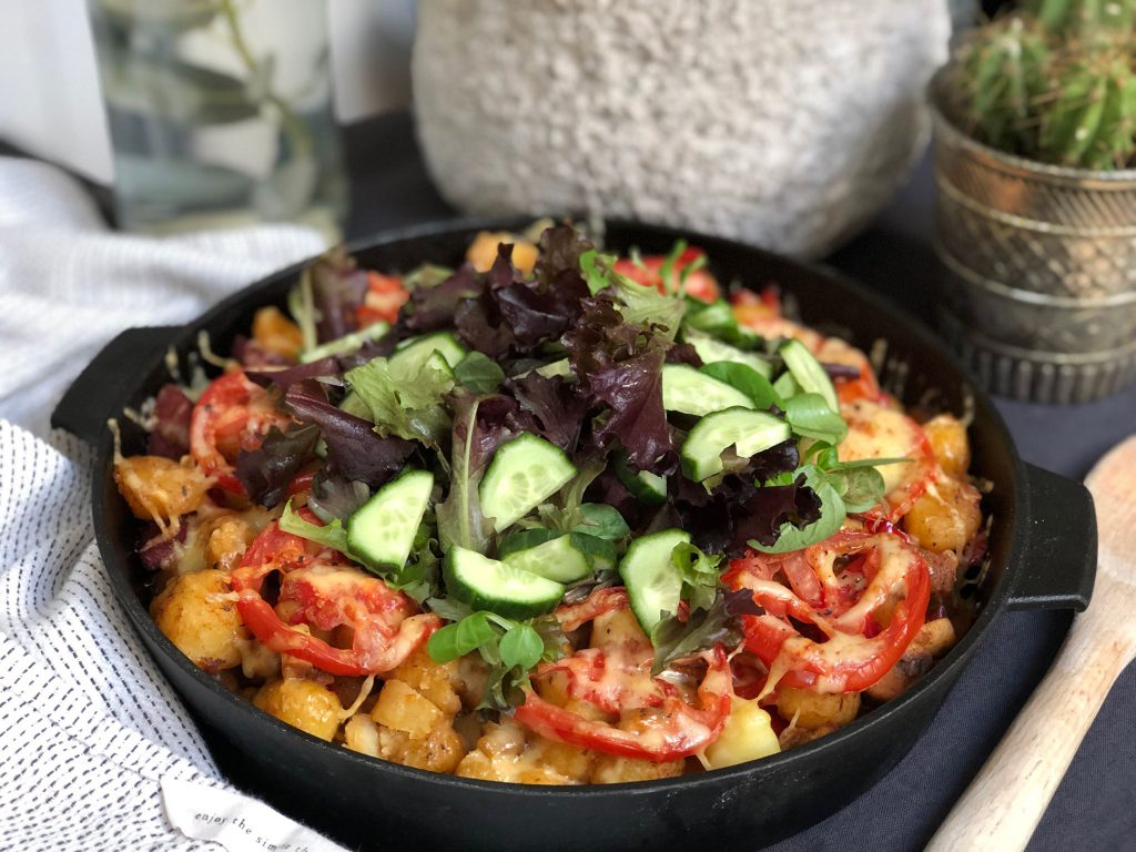 Turkse krieltjes ovenschotel met sucuk en salade