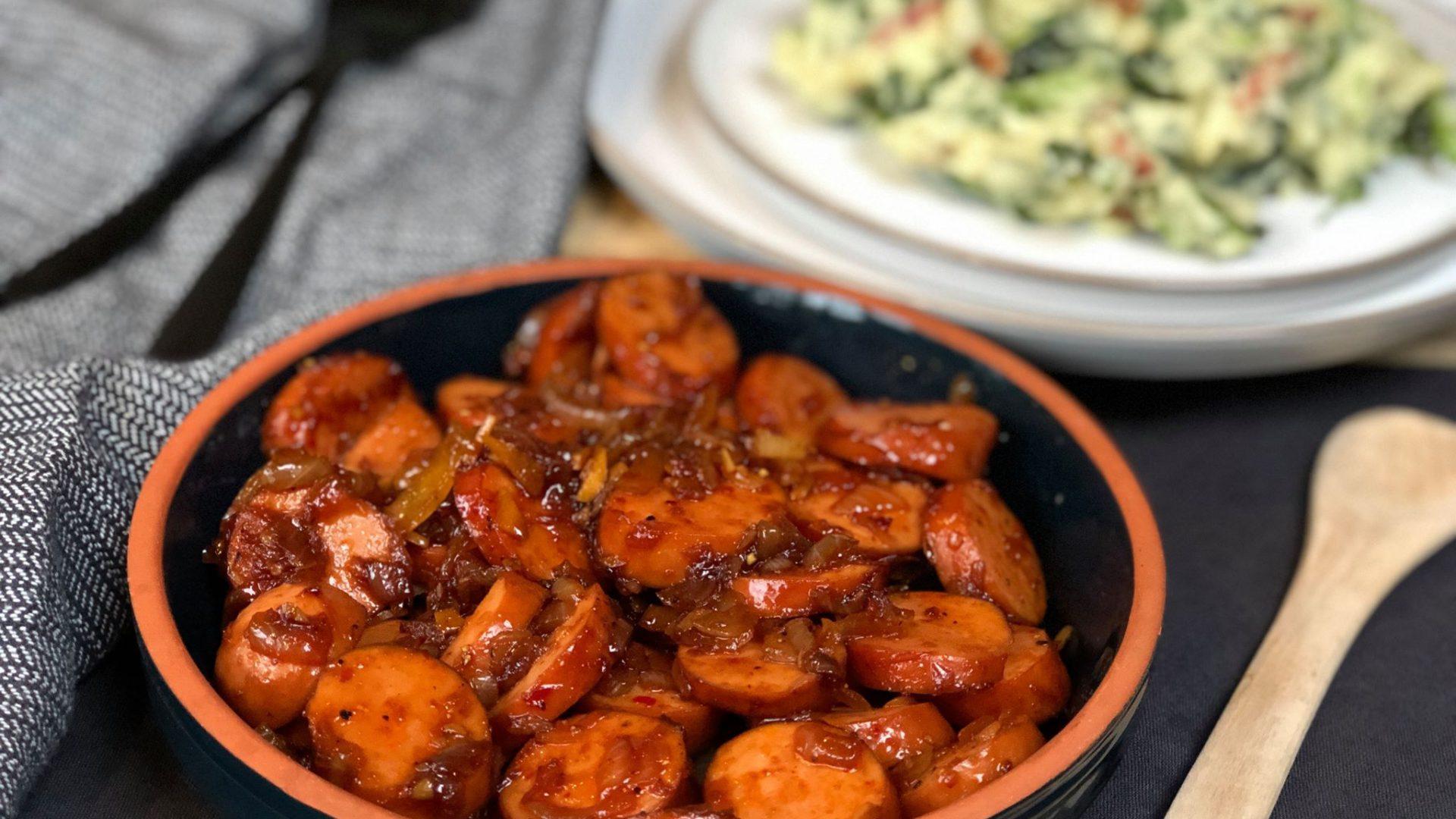 pittig gebakken rookworst met ui en ketjap