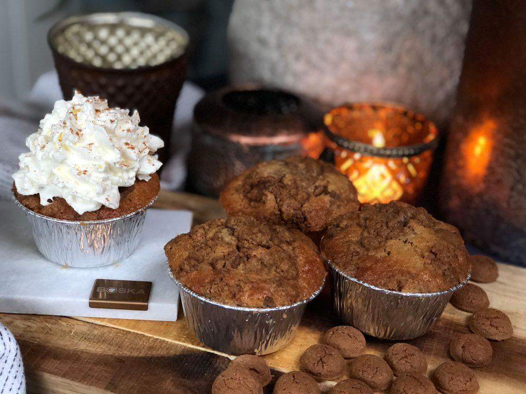Sinterklaas muffins met kruidnoten, krokante kruimel topping en een flinke toef slagroom.