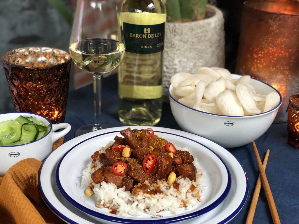 Ajam Smoor met rijst en komkommer in zuur. Een heerlijke pittige Indische kip stoof.