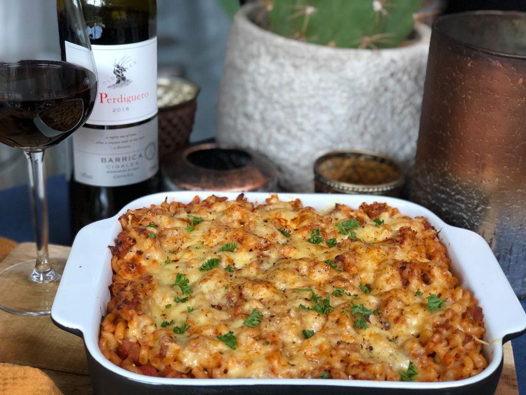 macaroni ovenschotel met tonijn in tomatensaus erbij een rode Spaanse wijn.