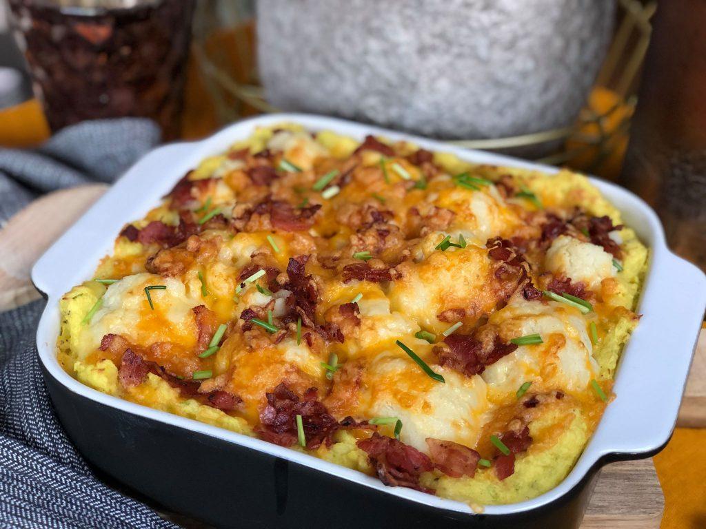 bloemkool ovenschotel met spek en kaas. Bestrooid met bieslook