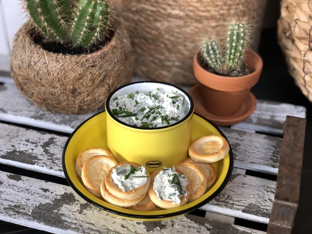 kruidenroomkaas met verse kruiden maken. ook een lekkere salade voor op een toastje