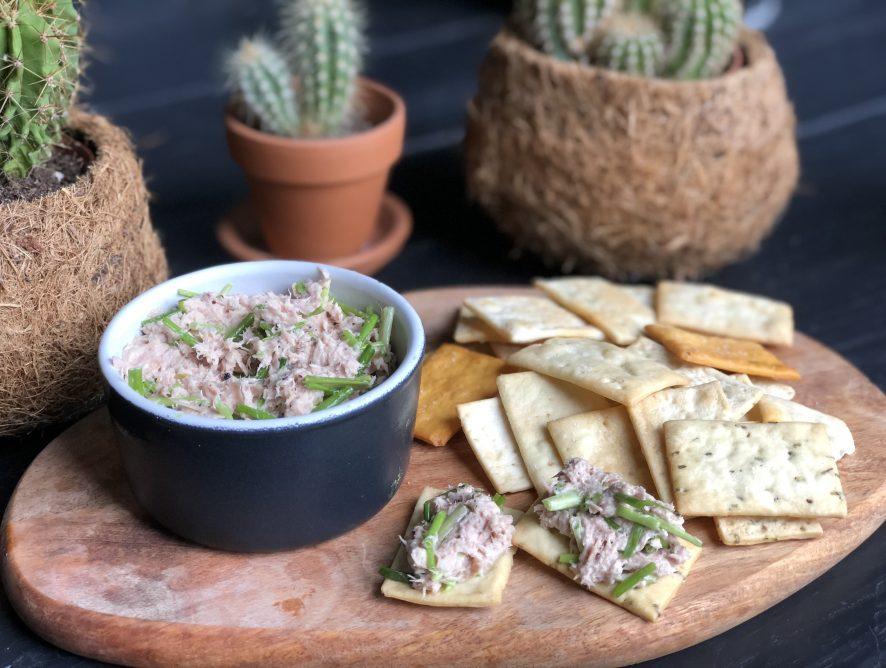 Simpele tonijnsalade met bieslook, heerlijke salade voor op een toastje