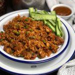 Surinaamse nasi met kip en komkommer in zuur