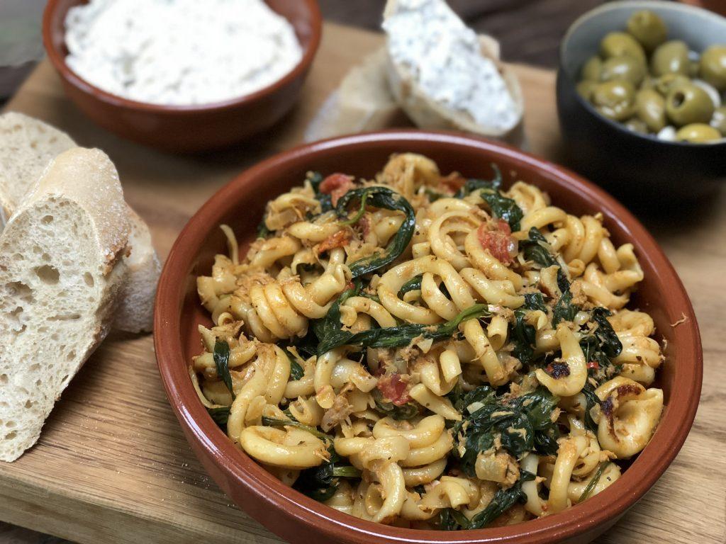 15 pasta recepten: pasta met spinazie en tonijn