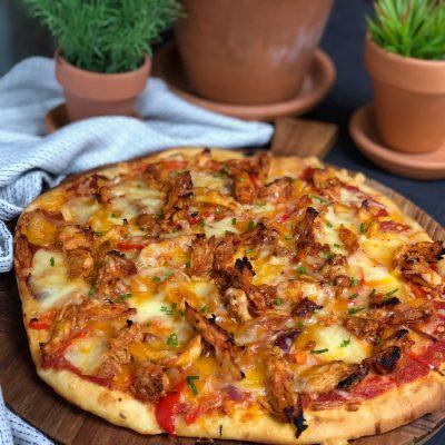 pizza met pikante kip, paprika en rode ui