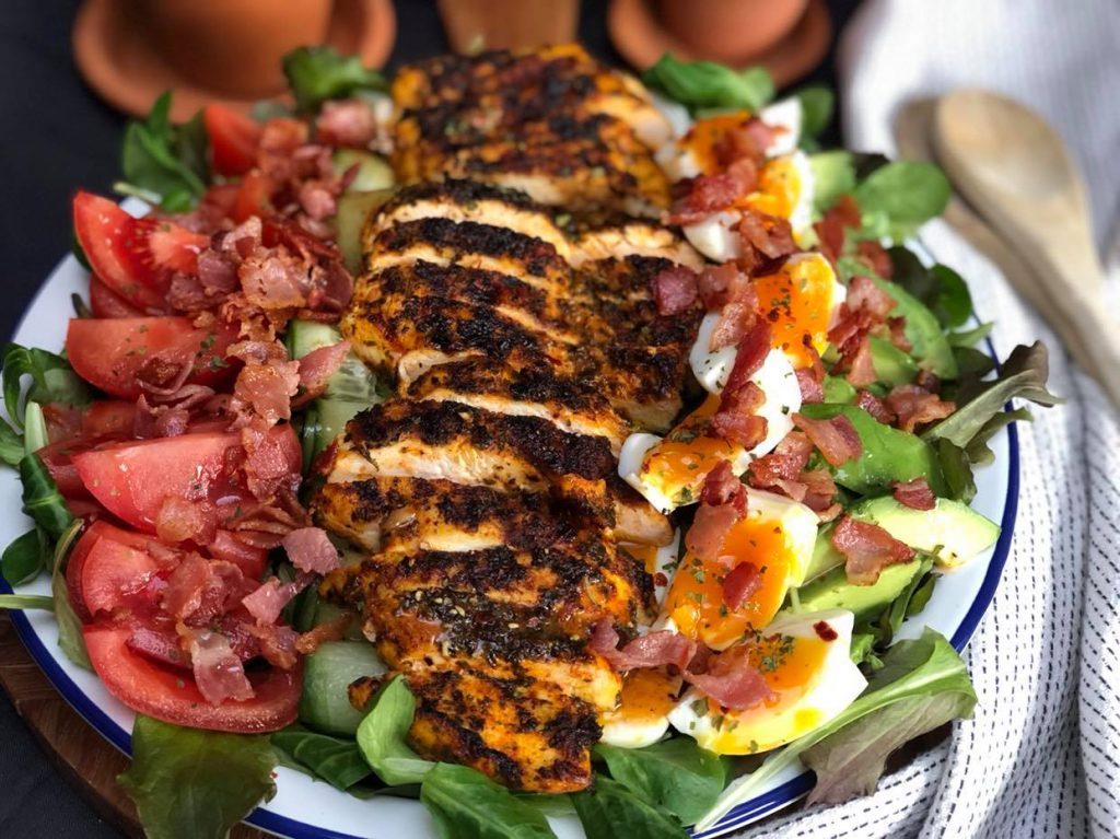 gegrilde kip salade met bacon, tomaat, ei en avocado