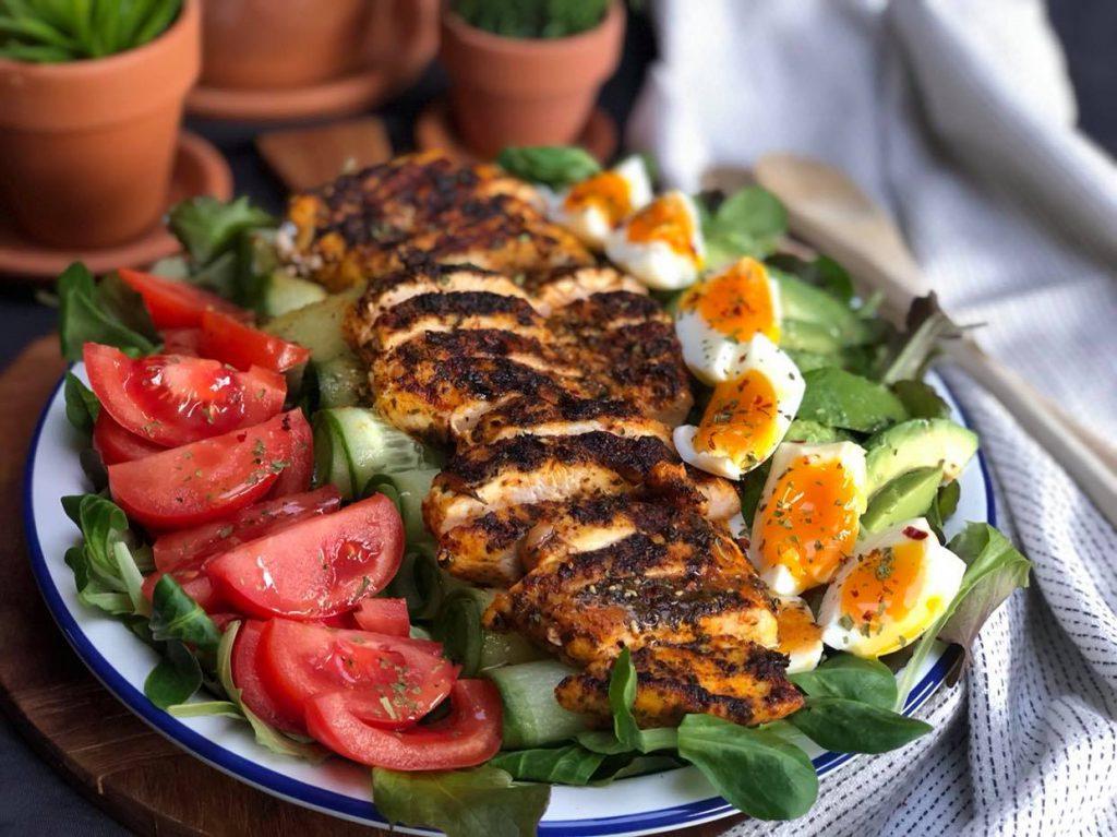 gegrilde kip salade met tomaat, avocado, komkommer en ei
