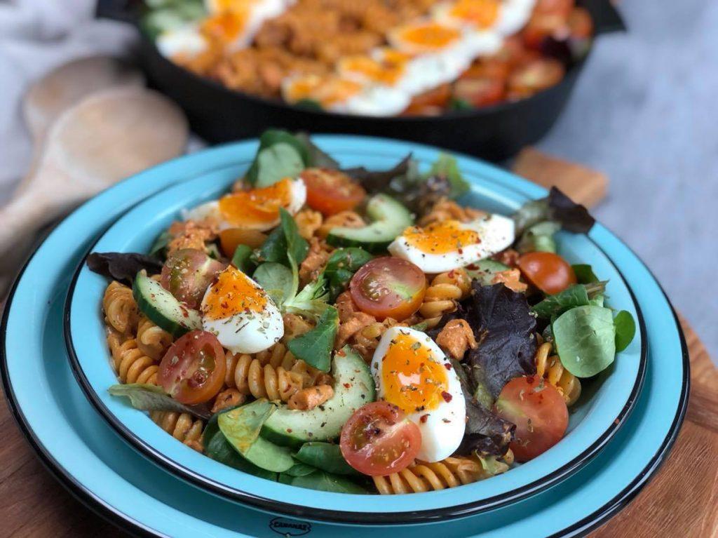 gezonde pastasalade met spekjes, tomaat, komkommer en ei