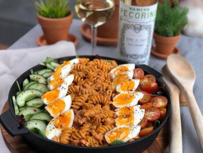 pastasalade met spekjes, ei, tomaat en komkommer
