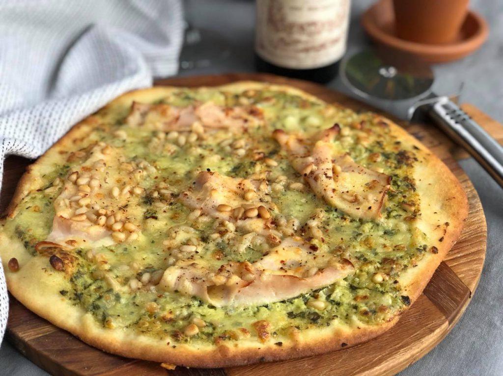 pizza met romige pesto