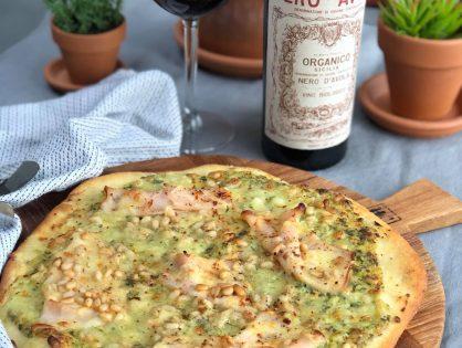 pizza met romige pesto, kipfilet en pijnboompitten