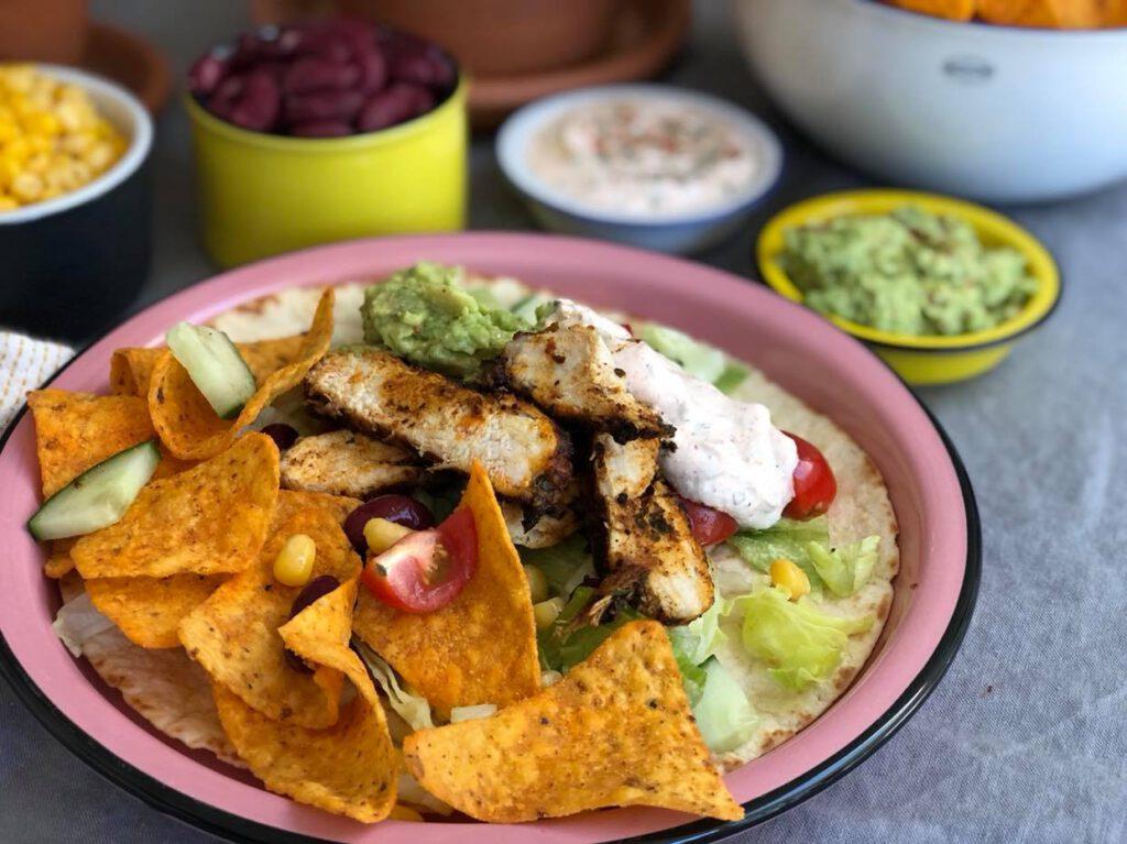 Mexicaanse burrito wraps met gegrilde kip en Mexicaanse dipsaus