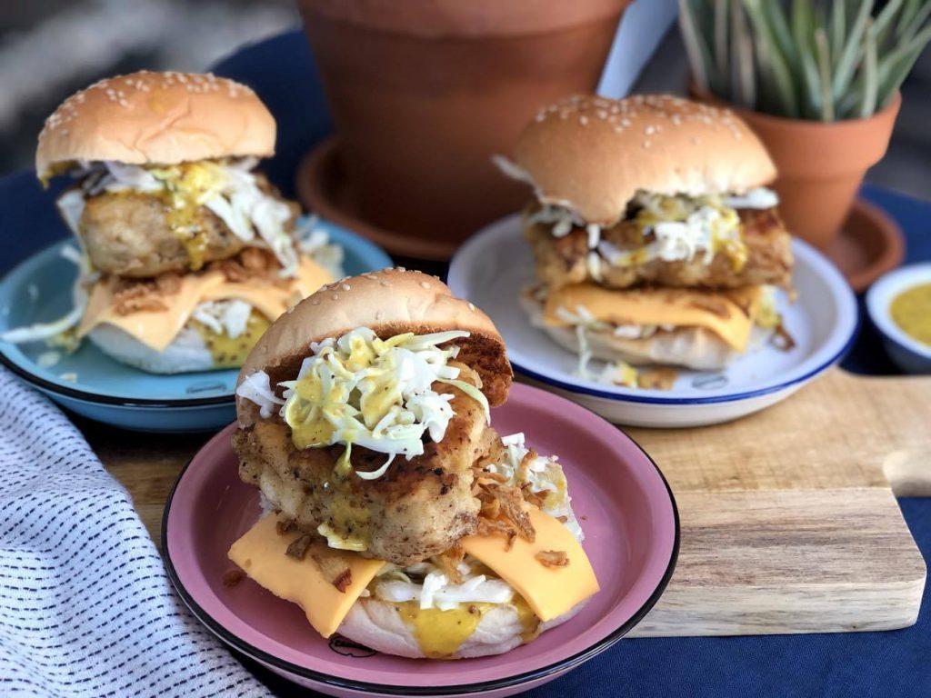 krokante kipburger met honing mosterdaus nagemaakt van de McDonald's