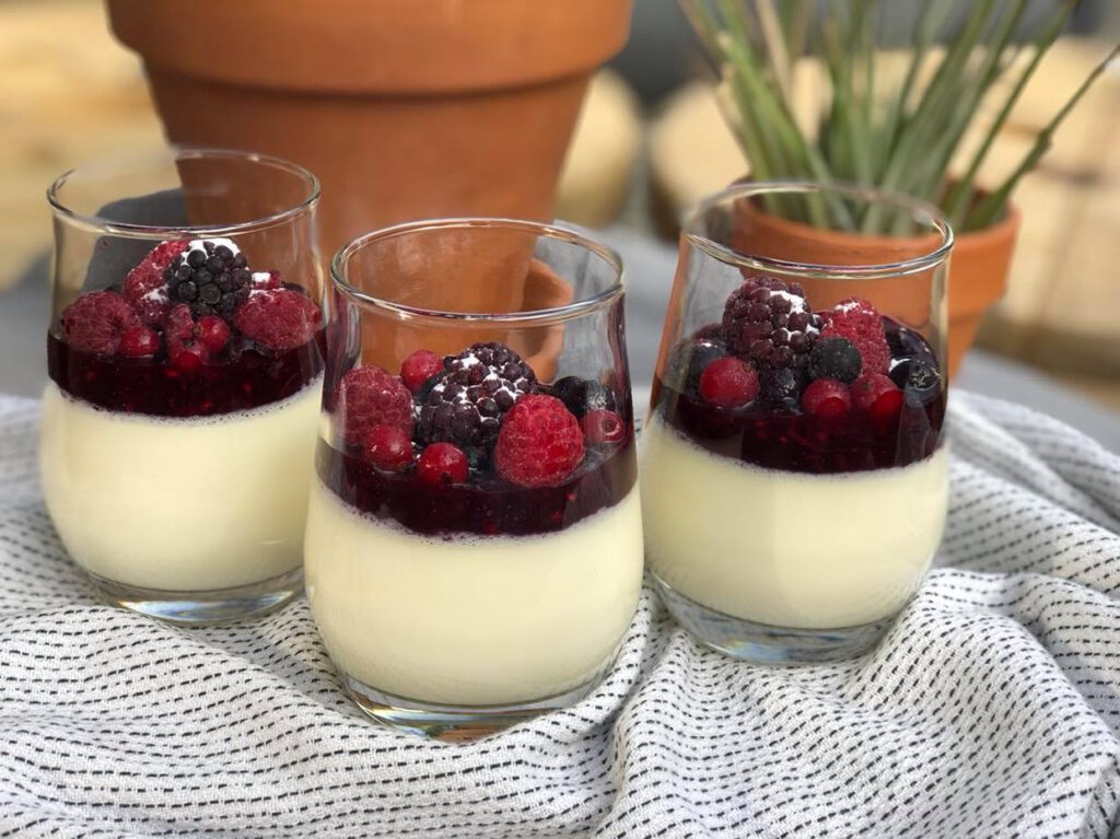 simpele panna cotta met rood fruit compote. Een heerlijk zomers toetje