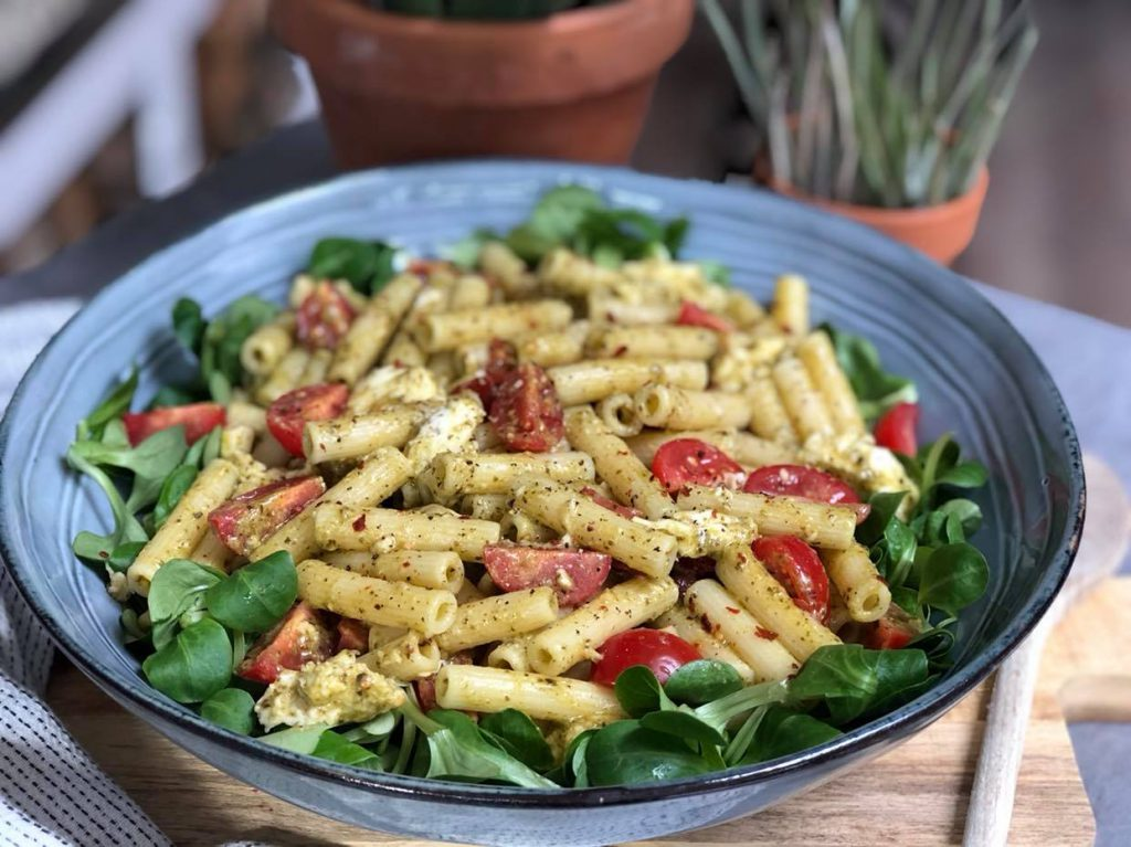 pastasalade met pesto en gegrilde kip