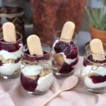 trifle met lange vingers en zomerfruit compote