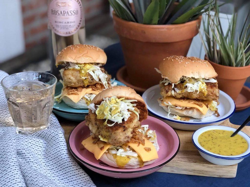 krokante kipburger met honing mosterdaus