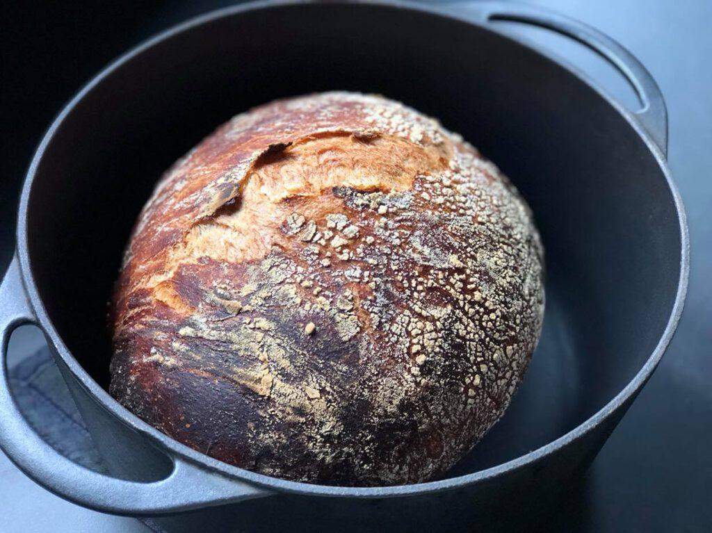 brood in een gietijzeren pan bereiden