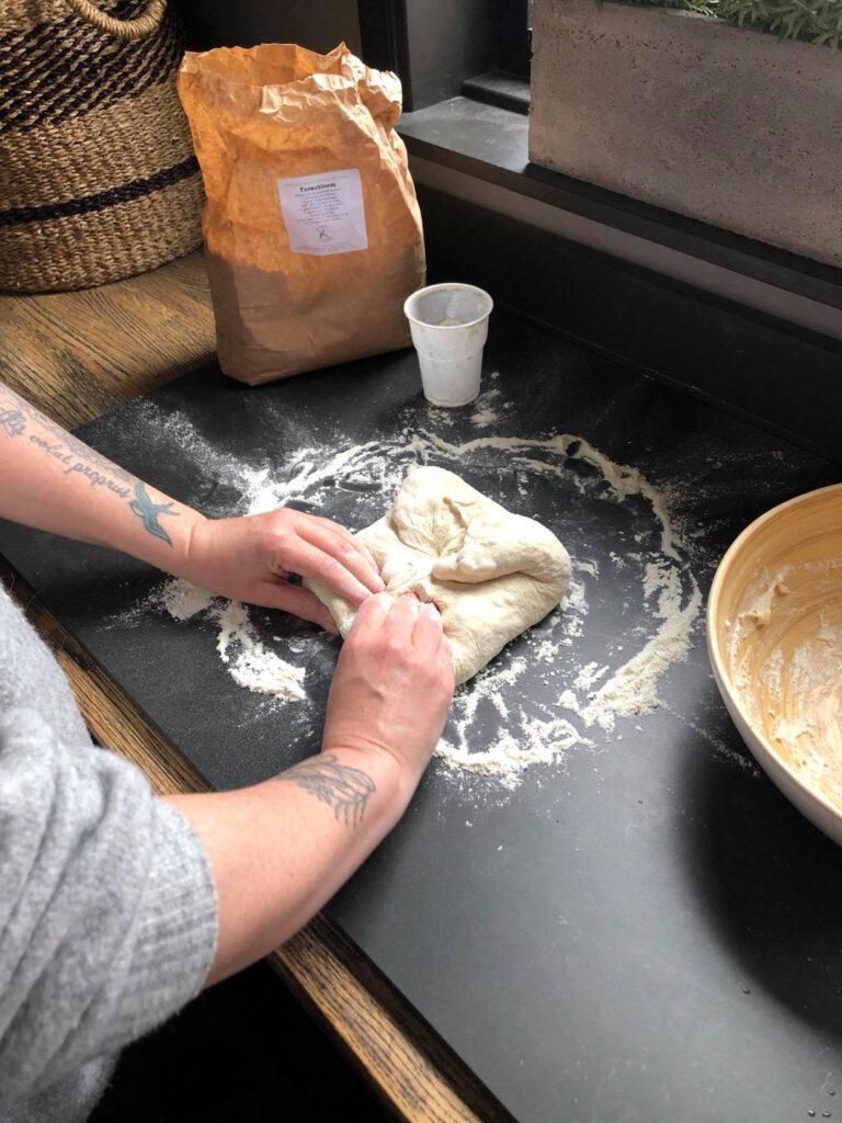 vormen en kneden van zelfgemaakt brood