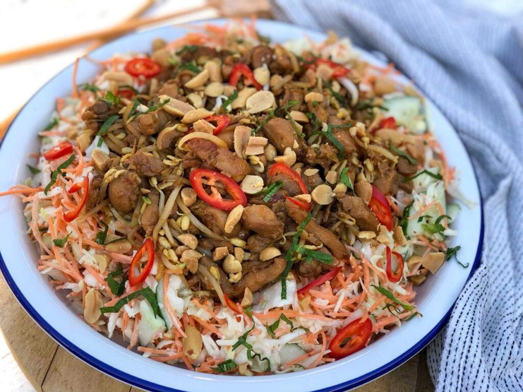Aziatische salade met kip en pinda's