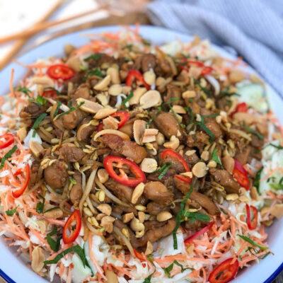 Aziatische salade met kip ketjap en pinda's