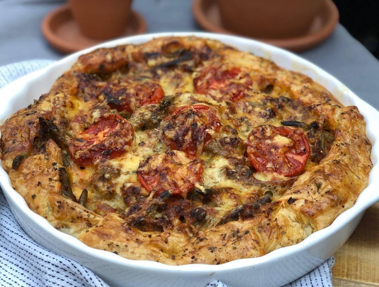 hartige taart met sperziebonen, gehakt en tomaat