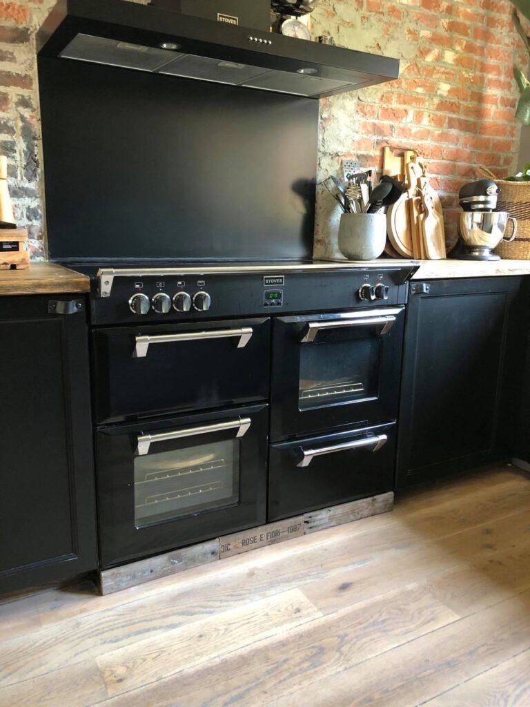 onze keuken met zwart inductie fornuis van Stoves