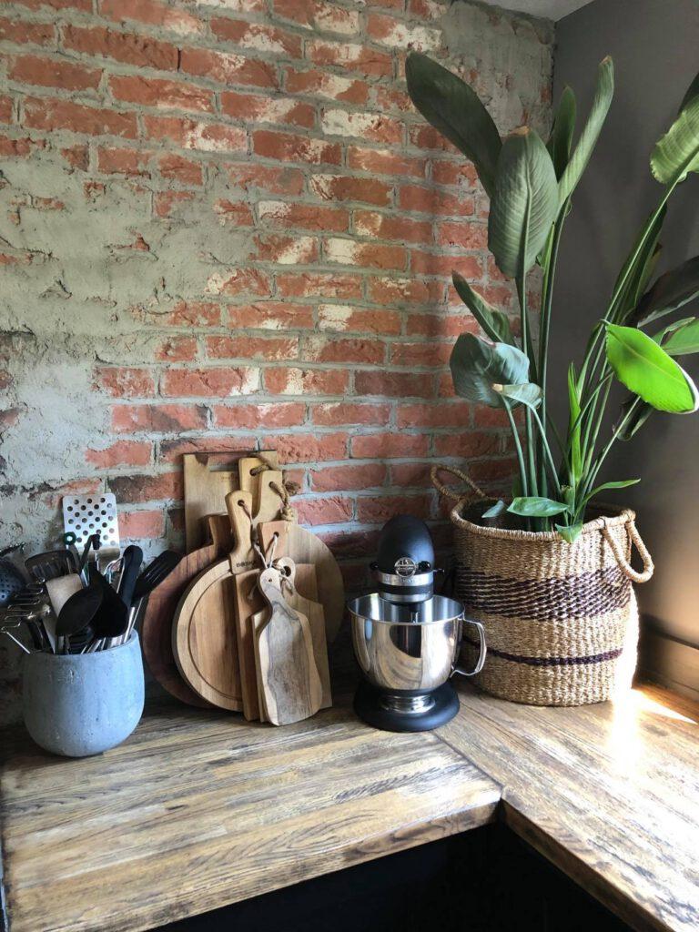 onze keuken met zelfgemaakte brickwall
